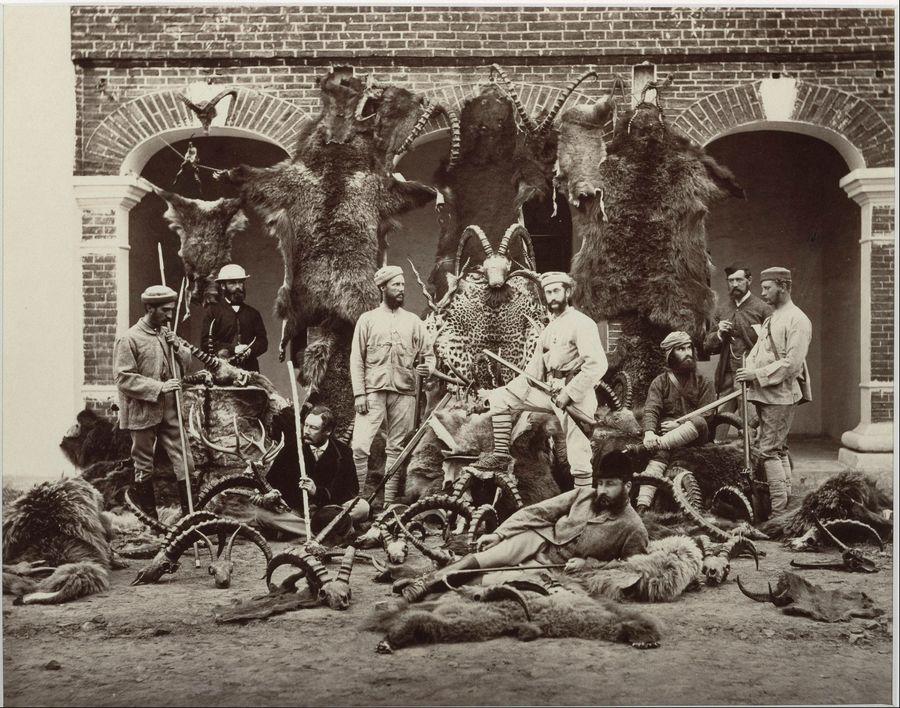 1869. Vadászok és trófeáik Indiában..jpg