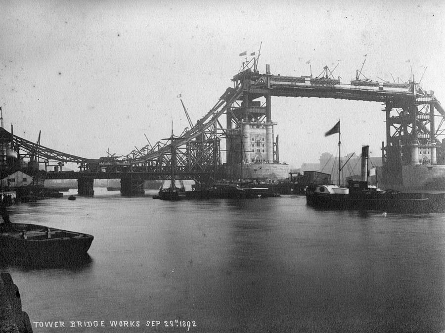 1892. A londoni Tower híd építése..jpg