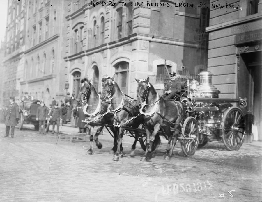 1912. A New York-i keleti 67-ik utcai tűzoltóörs fogata utoljára vonul bevetésre. Másnaptól gépkocsi váltotta fel..jpg