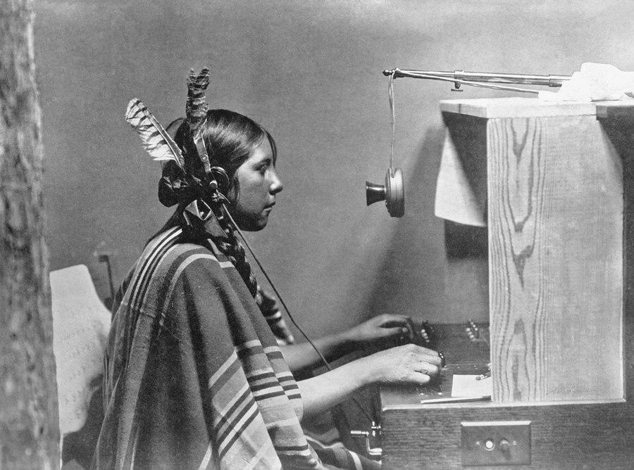 1925. Bennszülött indián telefonközpontos a montanai Many Glacier Hotel-ben..jpg