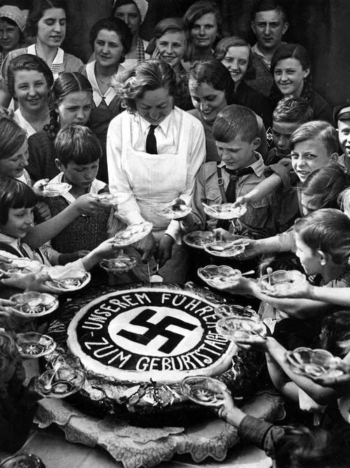1934. Szegény gyerekenek osztanak tortát Hitler születésnapján..jpg