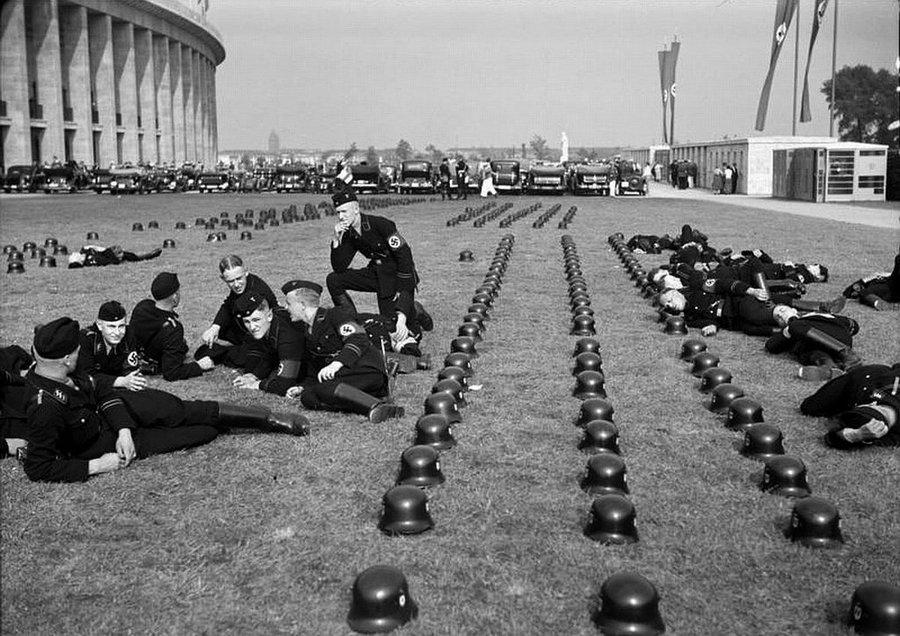 1936. SS csapatok pihenőn a berlini olimpia idején..jpg