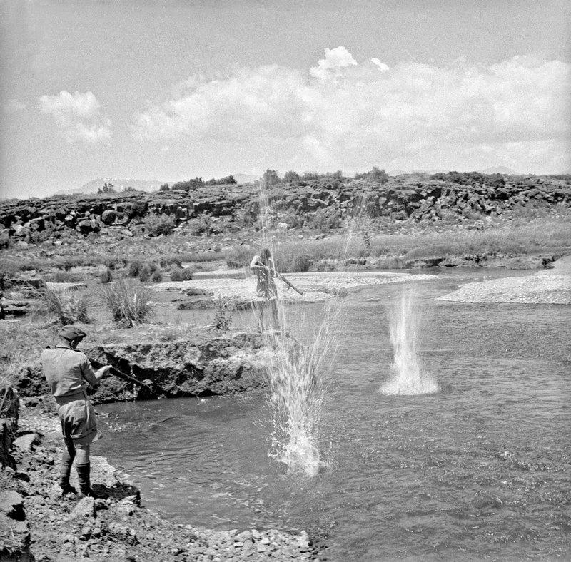 1942. július. Új-Zélandi katonák fegyverrel halásznak a szír-török határ közelében..jpg