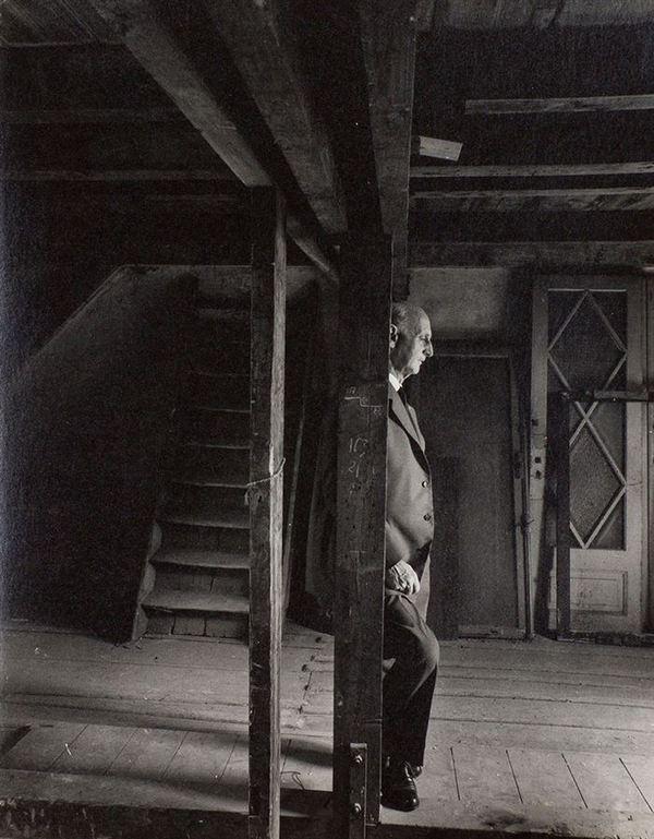 1960. Anna Frank édesapja Ott Frank, aki a családból egyedüliként maradt életben visszatért egykori házuk híres padlására..jpg