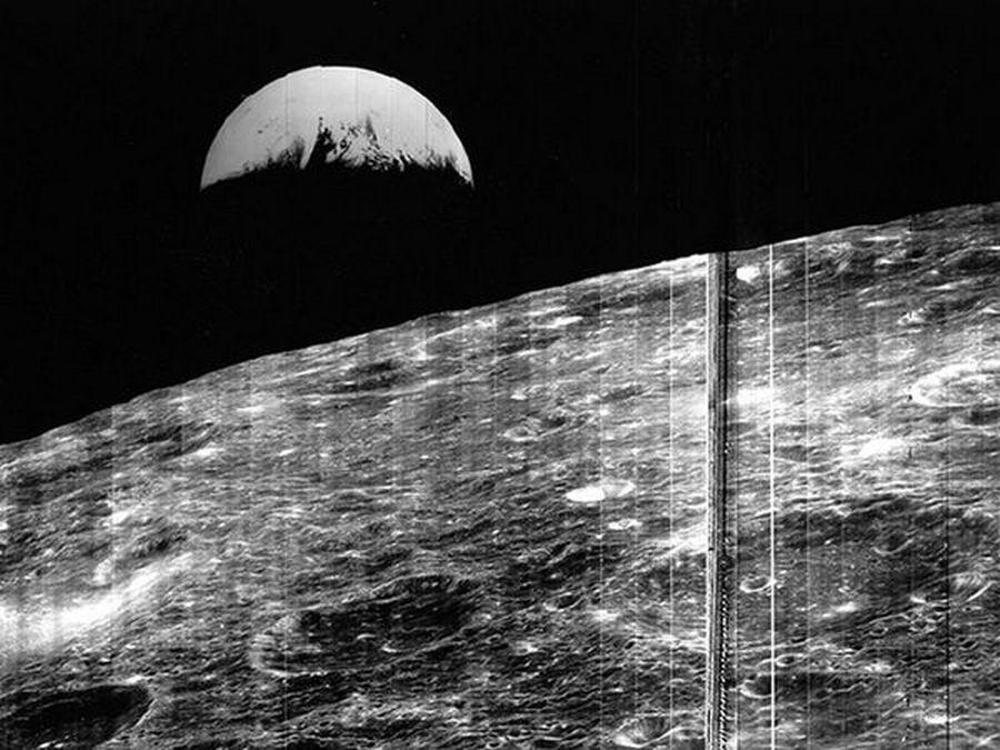 1966. augusztus 23. A 1966 Lunar Orbiter 1 első fotója a Földről, a Hold felszíne fölött..jpg