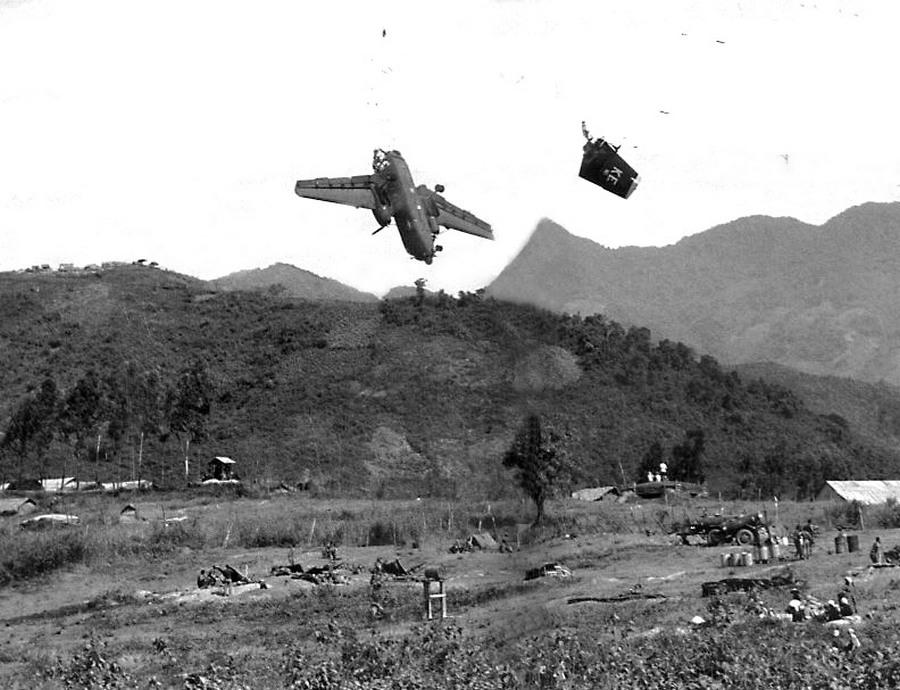 1967. Amerikai szállítógép darabjai zuhannak le Vietnámban, miután landolási manőver közben véletlenül légvédelmi baráti tűzbe repült. A személyzet mindhárom tagja életét vesztette..jpg