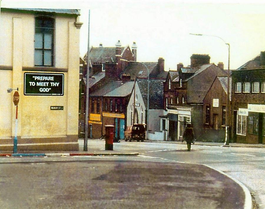 1970. Észak-Írország. Brit bombaszakértő tart a robbanóanyagot tartalmazó gépkocsi felé az üres utcán. A falon egy prófécia Készülf fel a találkozásra Isteneddel..jpg