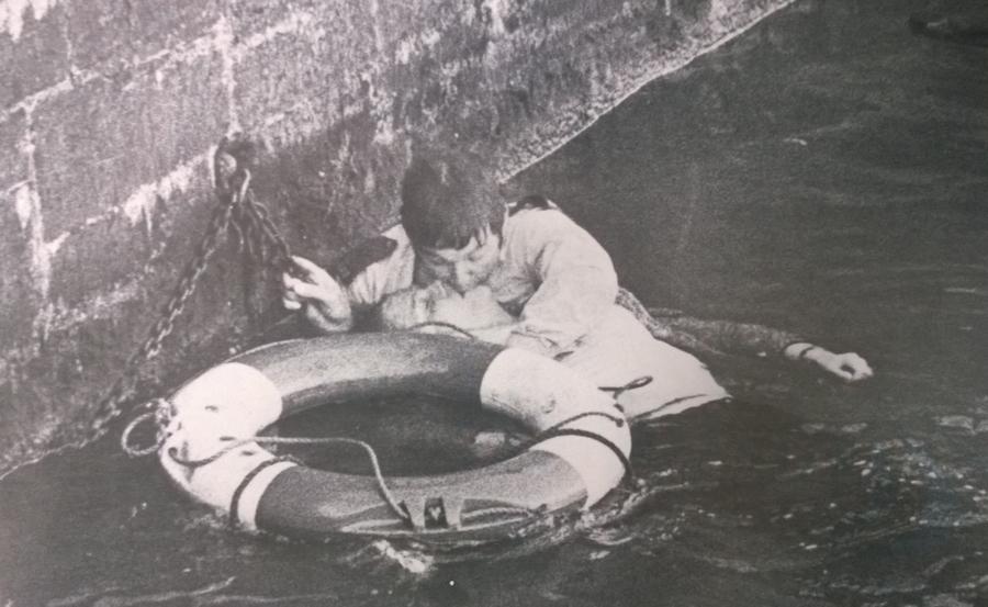 1978. David Harries bristoli rendőrjárőr egy fiatal nőt ment ki a jeges kikötőből és mesterségesen lélegezteti. Később a nő felépült..jpg