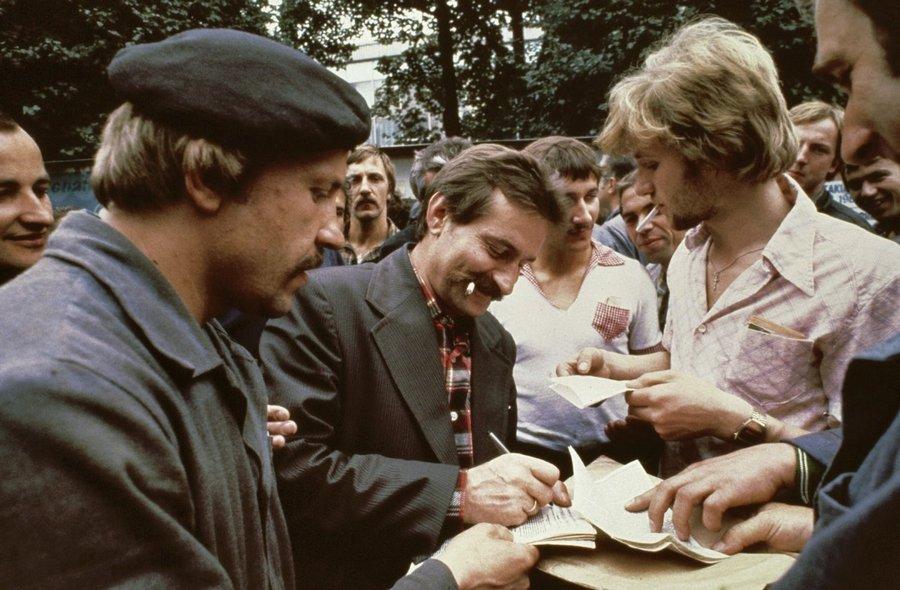 1980. A sztrájkvezető Lech Walesa ad autogramot a Lenin hajógyárban..jpg