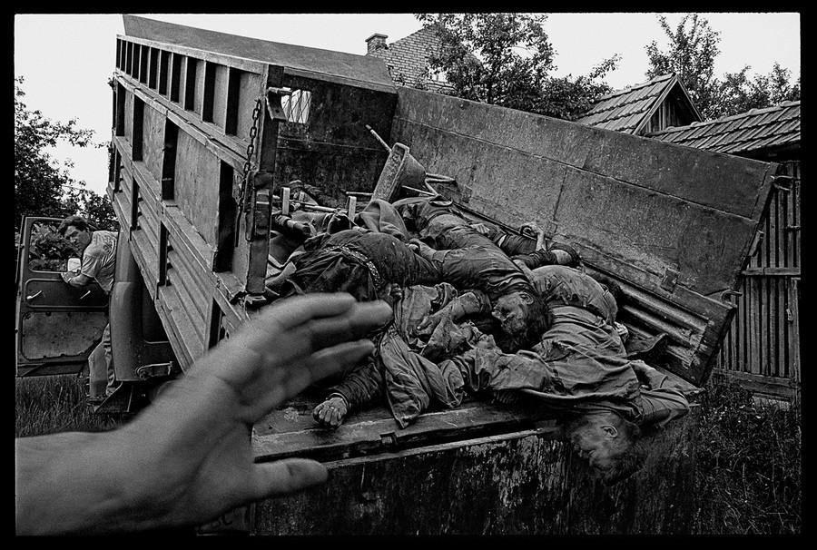 1993. Boszniában lemészárolt szerb civilek tömegsírba temetése..jpg