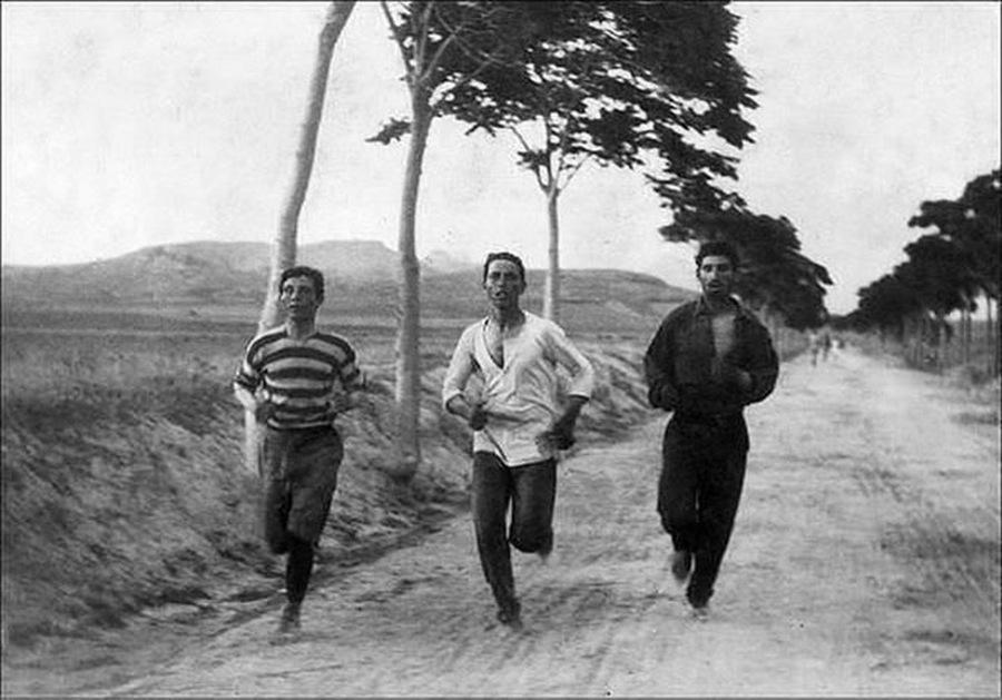1896. Maratoni futók az első újkori oimpián Athénban..jpg