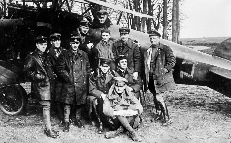 1917. Manfred von Richtofen (a gépben) a Vörös Báró..jpg