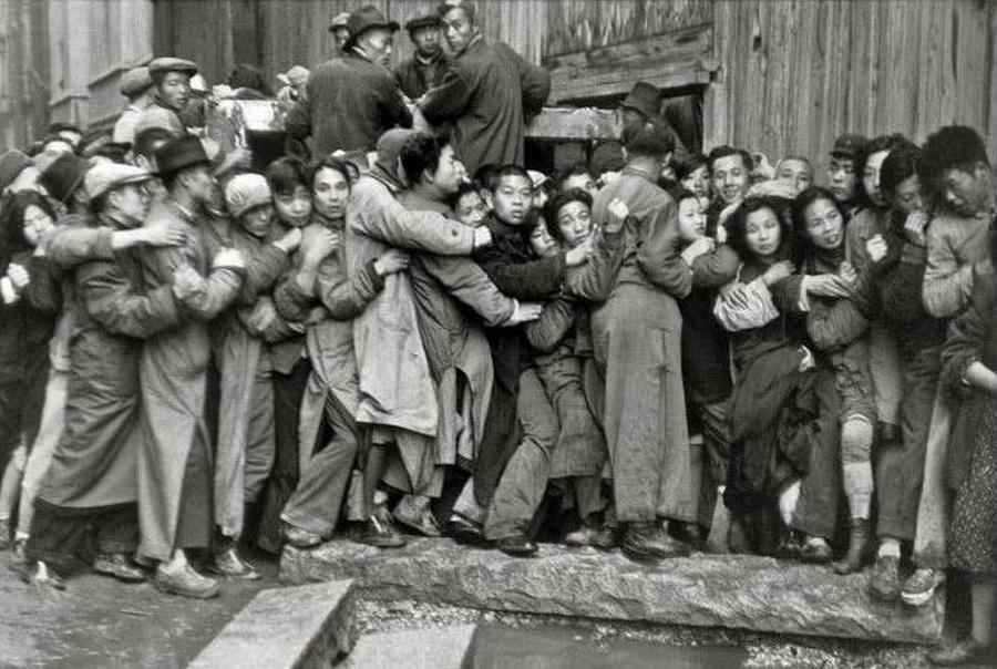 1949. A kommunista hatalomátvétel lehetősége pánikba ejtette a sanghaji lakosságot. Tolongás egy banknál. Mindneki kivenné a betétjét mielőtt államosítják..jpg