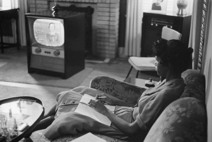 1958. Little Rock, Arkansas. Az első távoktatás! Igaz kényszer szülte. Fekete diáklány televízión keresztül hallgatja az előadást, miután a főiskolák bezártak a szegregáció ellenes tüntetések idején..jpg