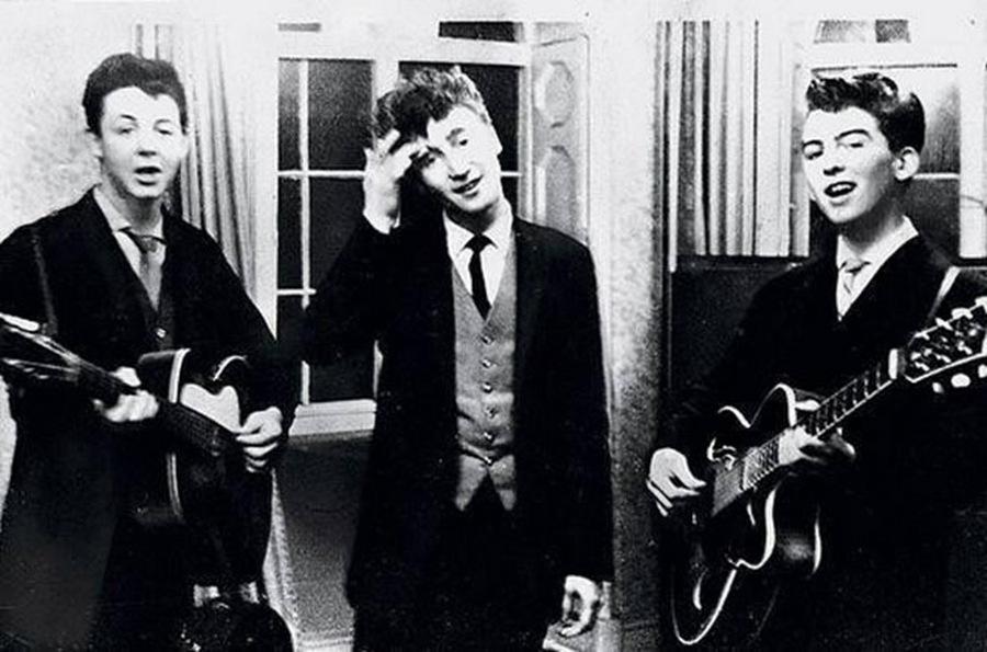 1958. Paul McCartney, John Lennon és George Harrison - még a Beatles előtt - egy esküvőn zenél..jpg