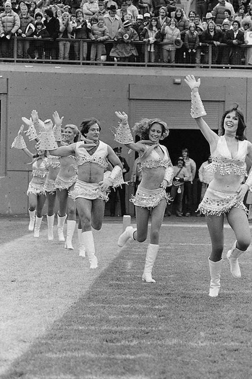 1980. Robin Williams csatlakozott a Pony Express szurkolólány-csapathoz az aktuális Broncos-Patriots mérkőzésen, Mork szerepében (Egy úr az űrből)..jpg