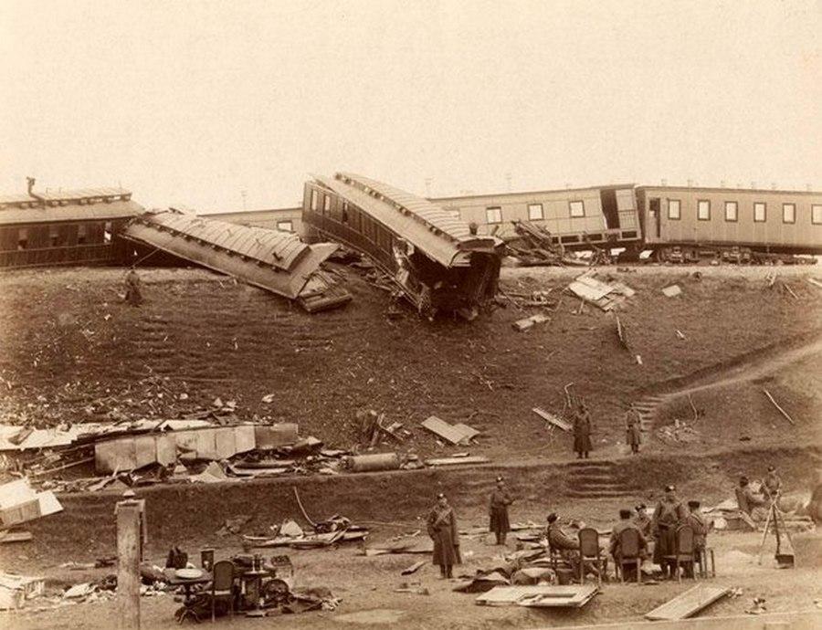 1888. III. Sándor cár vonata kisiklott Persotravnyeve település közelében. 21 halott és 70 sérült, de a cár és családja sértetéen maradt. A szerencsétlenség oka a pályatest túlterhelése..jpg