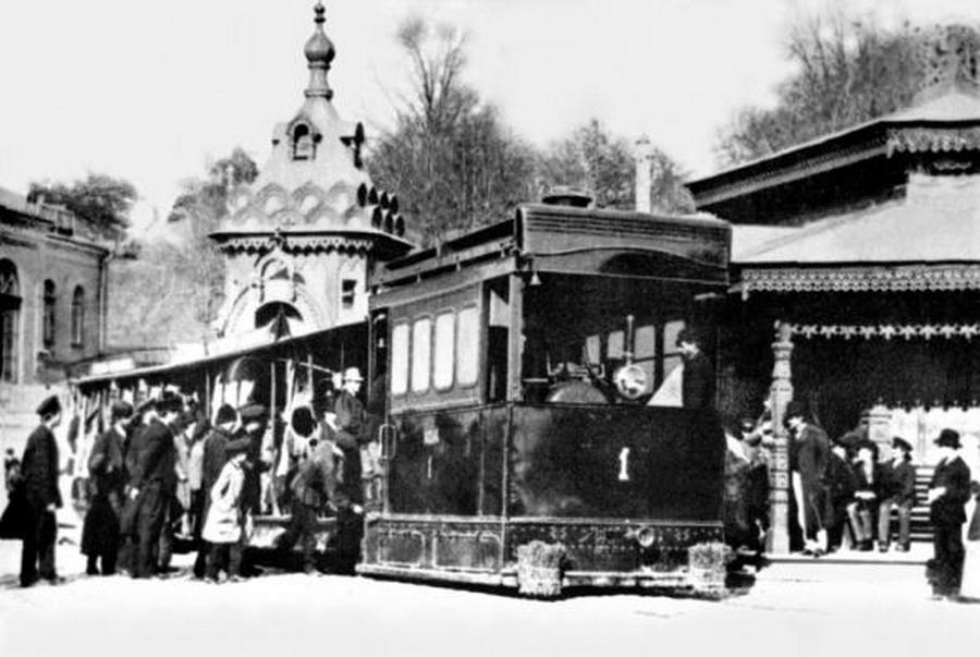 1890. Gőztramway, azaz kötöttpályás gőzhajtású szerelvény Moszkvában..jpg