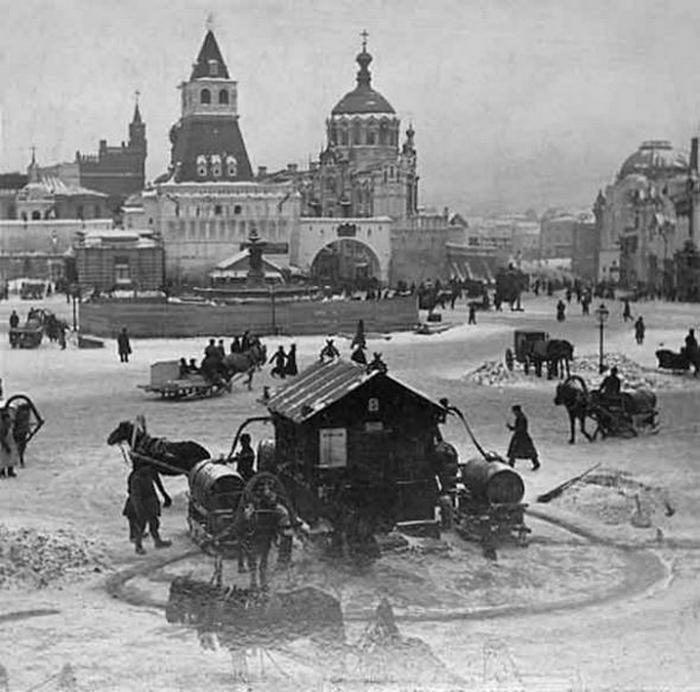 1890. Közkút a Ljubljanka téren Moszkvában..jpg
