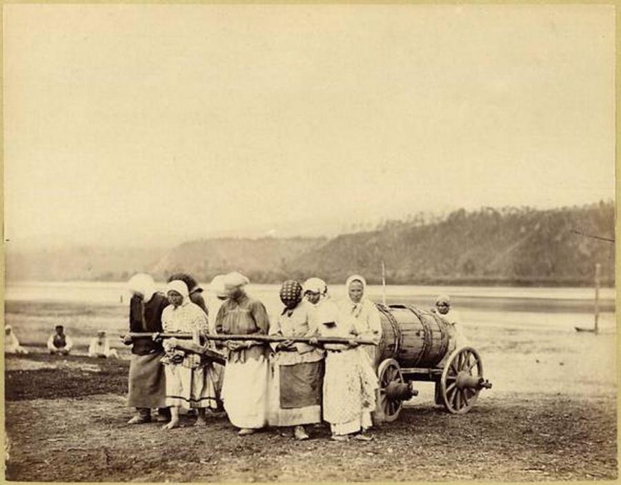 1892. Nyercsinszk, Bajkálontúli terület. Asszonyok hordják a városba - ahol semmilyen vízvezeték rendszer nem volt még kiépítve - a Nyercsa folyó vizét..jpg