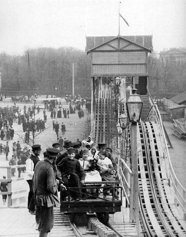 1895. Szentpétervári hullámvasút. A hullámvasút orosz találmány. Már az 1700-as években építettek jéghegyek segítségével a kikötőben 20 méternél is magasabb, fa oldaltámastékkal ellátott hullámzó csúszdákat..jpg