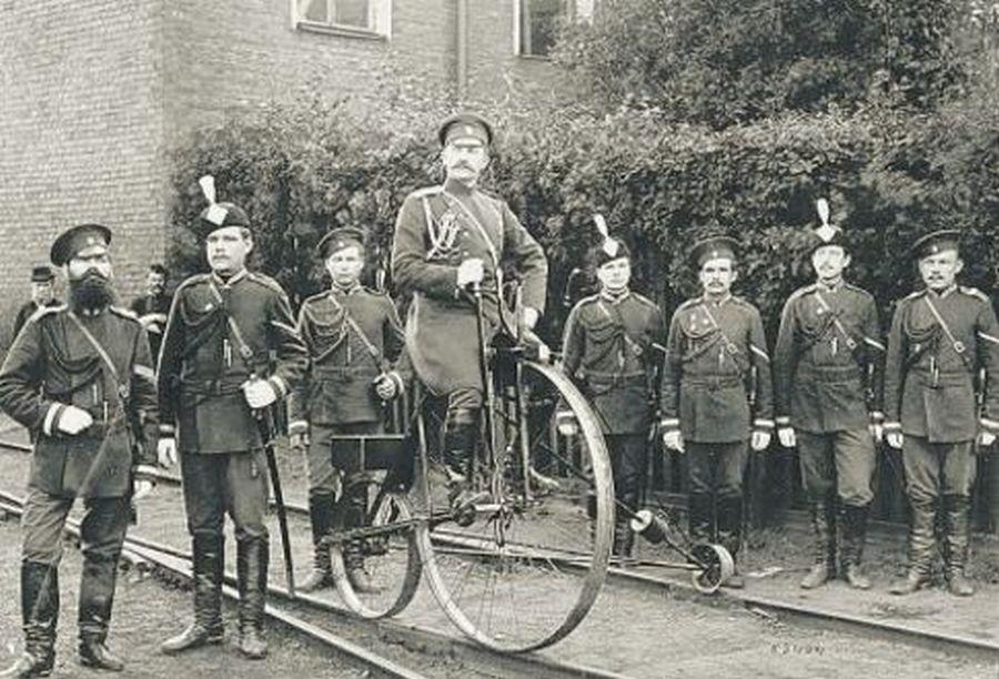 1895. körül. Orosz zsandárok és egy érdekes sínbicikli..jpg