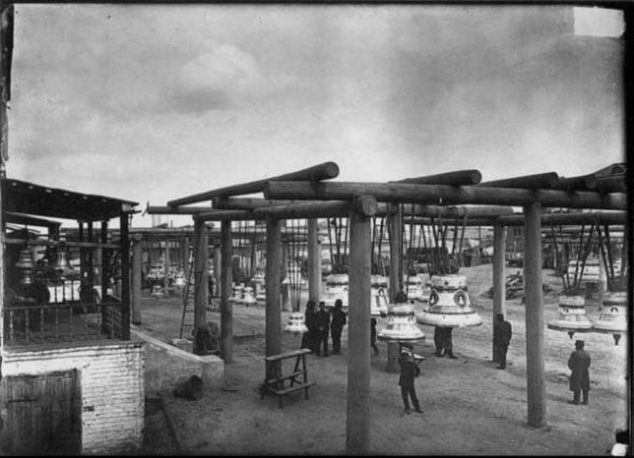 1896. Harangkiállítás és vásár a Vörös téren. A vidéki templomok kész harangokat vásárolhattak a vásáron..jpg