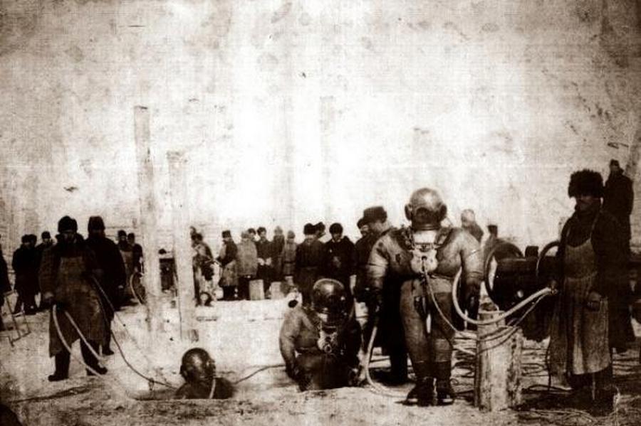 1899. Nehézbúvárok víz alatti munkán a krasznojarszki Jenyiszej-híd építése során.jpg