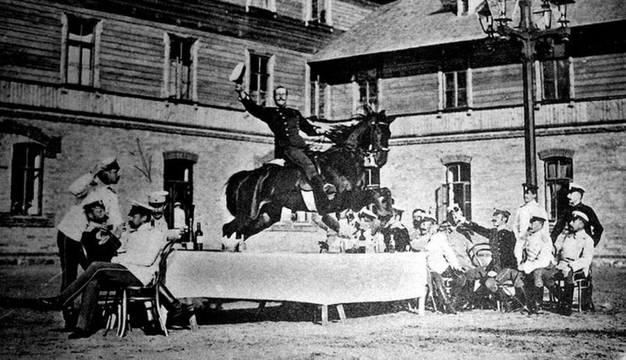 1900. Harkovi lovassági tiszti iskola összejövetele.jpg