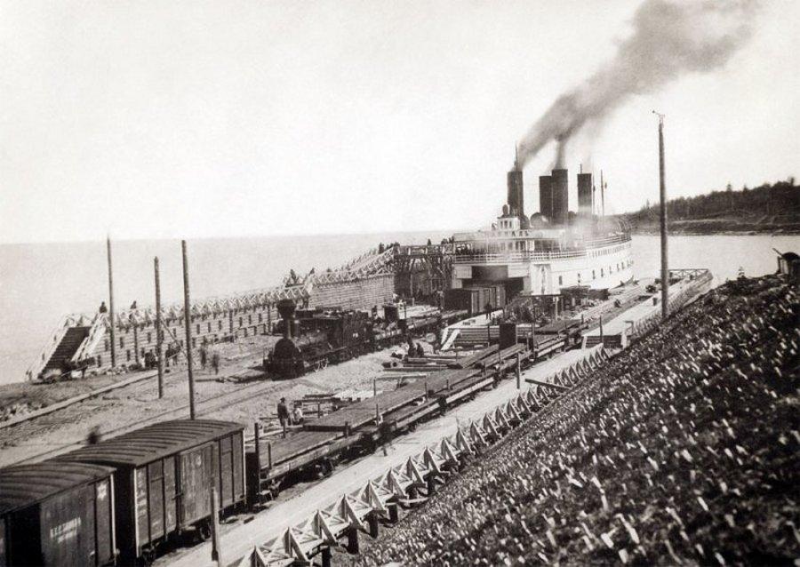 1903. Bajkál jégtörő komp. Az 1900-ban átadott, télen is közlekedő gőzkomp vonalán Irkutszkból a Bajkál túloldalára szállították az utasokat és a vasúti szerelvényeket. Később megépült a Bajkált megker..jpg