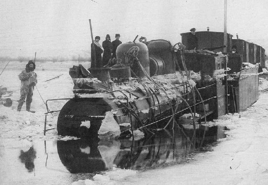 1905. Az Amur jegén ideiglenesen lefektetett sinpálya és a vele együtt beszakadt szerelvény Habarovszk közelében..jpg