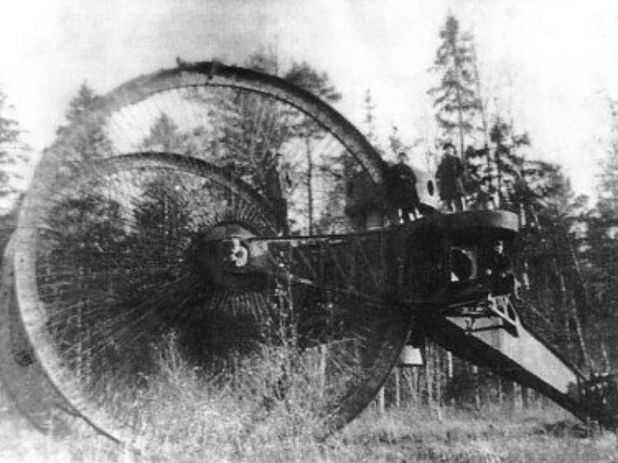 1914. A Nyikoláj Lebegyenko űltal épített Cár tank. A kísérletek során bebizonyosodott alkalmatlansága éles helyzetben..jpg