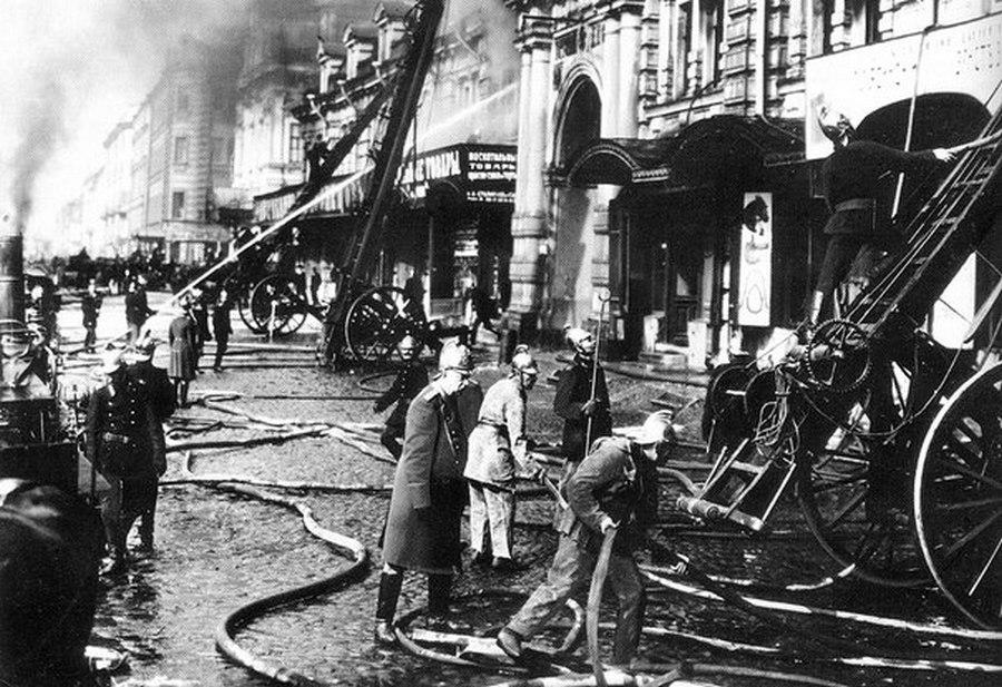 1914. Szentpétervári tűzvész idején dolgozó tűzoltók.jpg