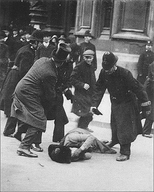 1872. Susan B Anthony amerikai feminista aktivistát bántalmazzák feldühödött férfiak, mert megpróbált szavazni..jpg