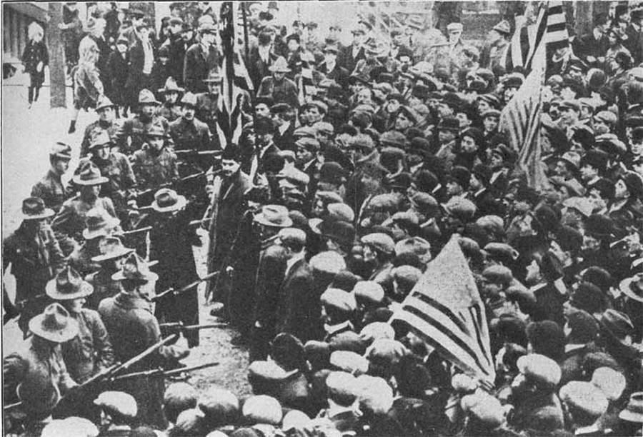 1912. Sztrájkoló textilgyári munkások néznek farkasszemet a karhatalommal. Lawrence, Minnesota, USA..jpg