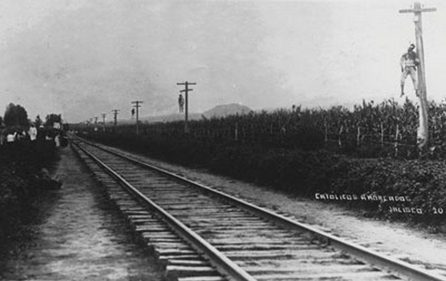 1923-29. A Cristero háború idején a vasút melletti póznákra 14 kilométer hosszan akasztott katolikusok holttestei..jpg