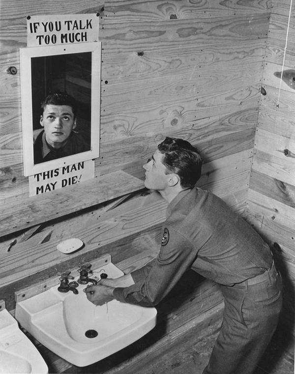 1943. Camp Hood, Texas. A tükör felirata Ha sokat fecsegsz, a manus a tükörben talán meghal. A háborús helyzetben plakátok is figyelmeztettek a titoktartásra..jpg