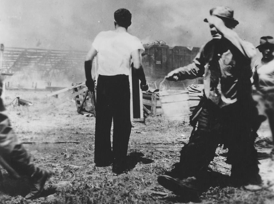 1944. A nap amikor a bohóc is sírt. Emmett Kelly a Barnum és Bailey cirkusz bohóca a tragikus 167 áldoztot követelő hartfordi cirkusztűz oltása közben egy vödör vízzel..jpg