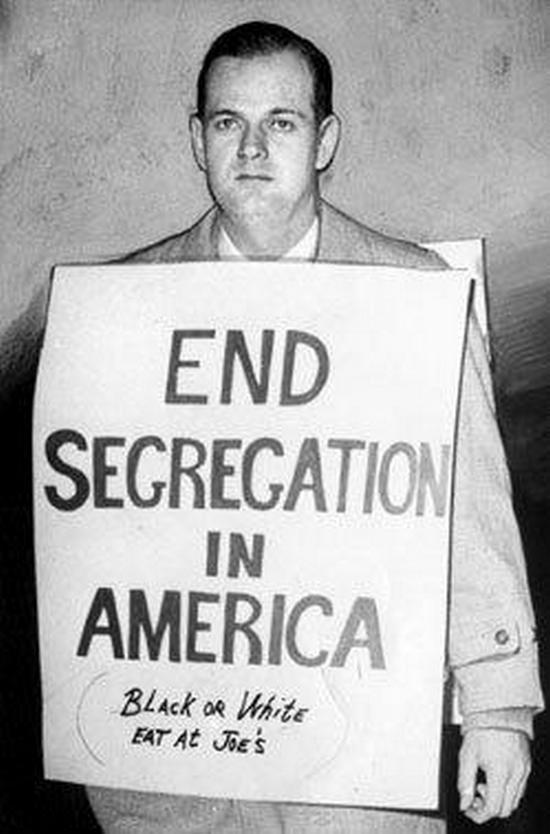 1963. William Lewis Moore egyszerű fehér postai alkalmazott szegregáció ellenes táblákkal járt városról városra, támogatva feketék integrációját. Még abban az évben meggyilkolták az egyik utcán..jpg