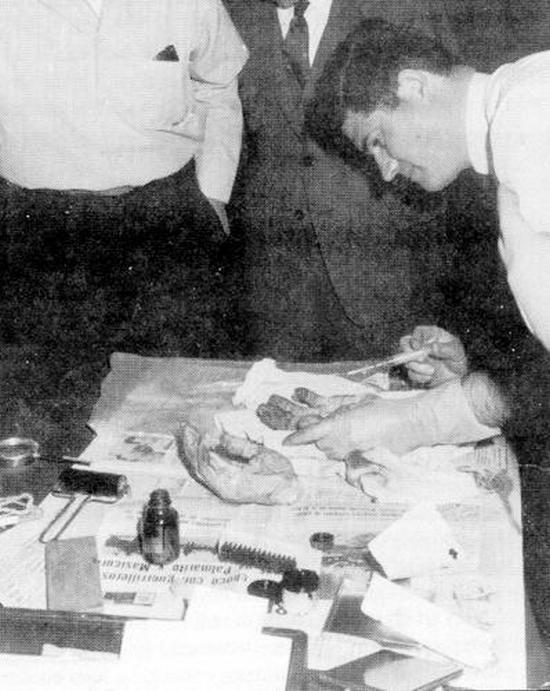 1967. Che Guevara kezei. Meggyilkolása után a forradalmár kézfejeit levágták, hogy további azonosításra (ujjlenyomat) szállítsák tovább. A kezek későbbi sorsa ismeretlen, az 1997-ben feltárt sírban sem találták meg..JPG