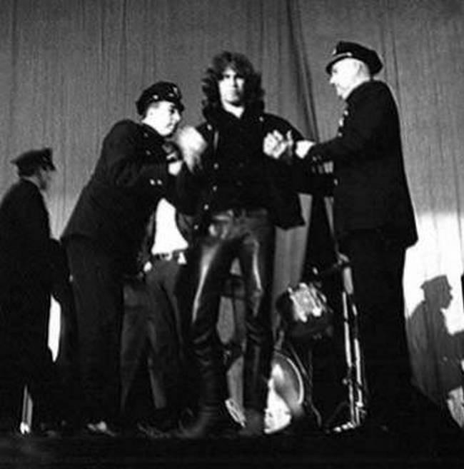 1968. Jim Morrisont connecticuti koncertje közben a színpadon vették őrizetbe. Bűne a vietnami háború ellenes, kormányellenes dalszöveg éneklése..jpg