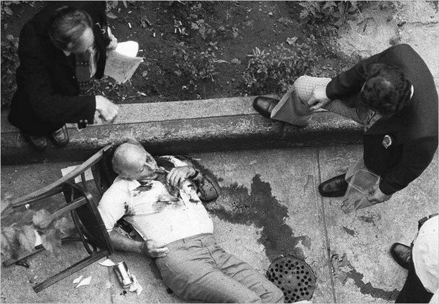 1979. Carmine Galante a Bonanno maffiacsalád vezérét egy olasz étteremben végezte ki gyilkosa, testőrével és a szemtanú étteremtulajdonossal együtt. A fotót egy szemfüles riporter a szomszéd ház tetejéről készítette..jpg