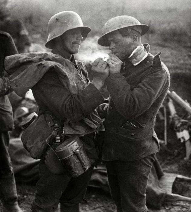 1914. Német-angol frontbarátság a karácsonyi spontán tűzszünet idején. A katonák maguktól döntöttek a harcok felfüggesztéséről és focimeccset is játszottak a senkiföldjén..jpg
