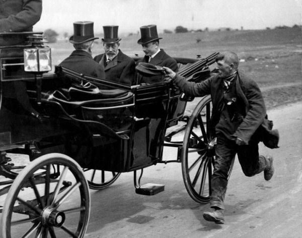 1920. V. György angol király hintója mellett egy koldus fut..jpg