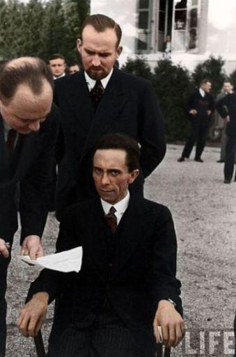 1933. A Life magazin riportere Göbbelst készül meginterjúvolni. A fotósa abban a pillanatban fényképezte le a propagandaminisztert, amikor megtudta, hogy a riporter zsidó..jpg