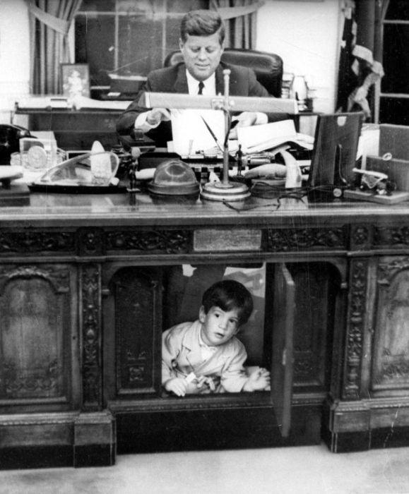 1962. Kennedy a dolgozószobájában a Fehér Házban fiával John-nal..jpg