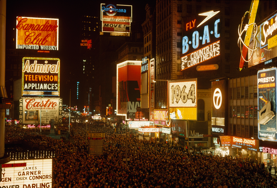 1964. Újév napja New Yorkban a Broadway-n..jpg