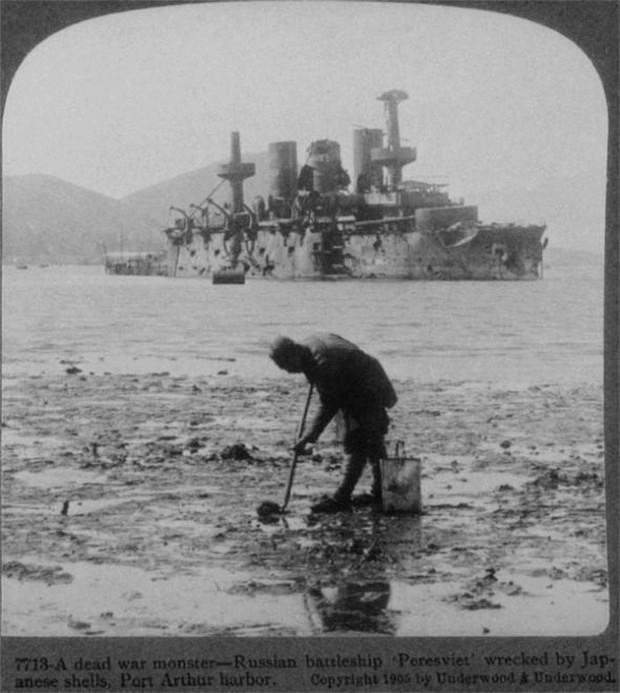 1905_a_port_arthur-i_kikotonel_megfeneklett_japan_agyulovedekektol_serult_pereszvijet_hadihajo.jpg