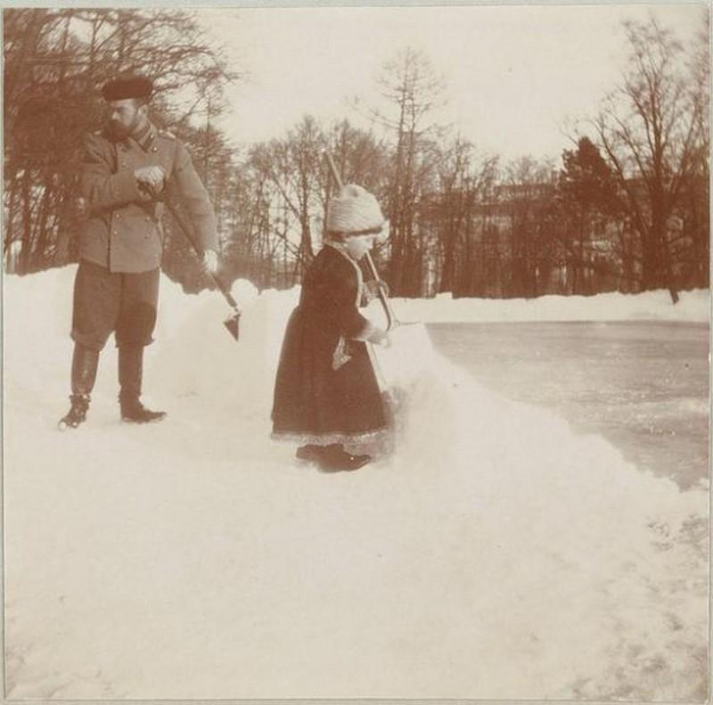 1908_ii_miklos_car_es_alekszej_nagyherceg_havat_lapatol.jpg