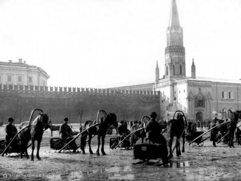 1909_taxik_a_voros_teren.jpg